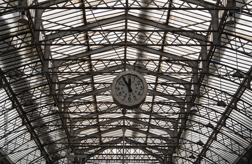 Foto auf AluDibond Bahnhof Roof structure of the Paris railway station Gare de l'Est with clock, France