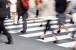 canvas print picture - Menschen überqueren eine Straße