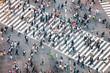 Fußgänger überqueren eine Straßenkreuzung in Tokyo, Japan