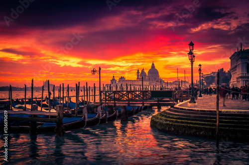 Cadres-photo bureau Gondoles Scenic sunset in Venice, Italy. Postcard of Venice.