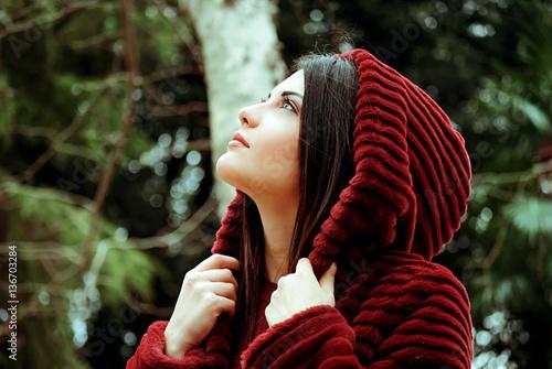 Fotografie, Obraz  Profilo di ragazza con cappuccio in pelliccia rossa