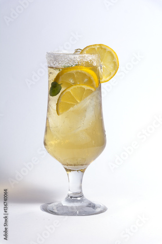 Photo  lemon cocktail composition on isolated white texture