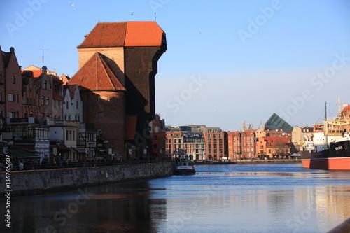 le long quai et la grue médiévale © Pascal06