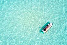 Frau Auf Surfbrett Paddelt über Das Türkise Wasser Der Malediven