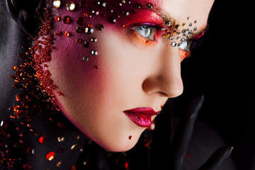 Młoda atrakcyjna dziewczyna w jaskrawym makeup, ciało obraz. Profil