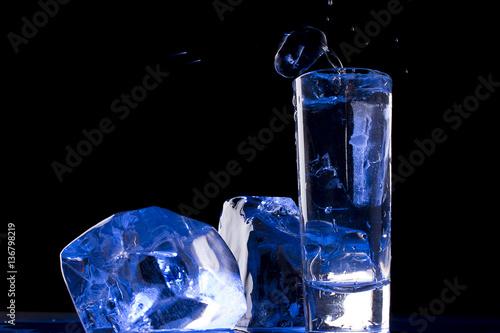 wodka-i-lod-na-czarnym-tle