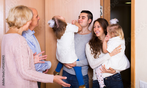 Photo Mature people welcoming dear guests