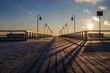 Molo w zimowej scenerii, zimowy poranek, wschód słońca.