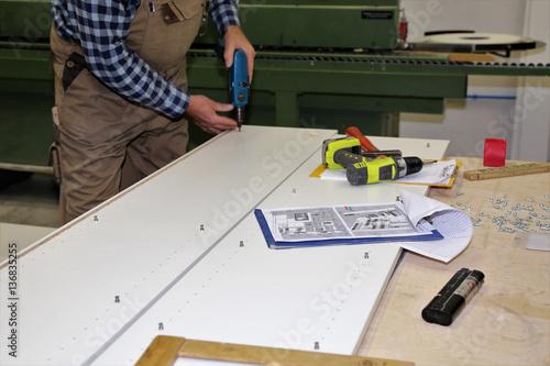Fotografia, Obraz  Ein Schreiner arbeitet an seiner Werkbank (Carpenter working on his workbench)