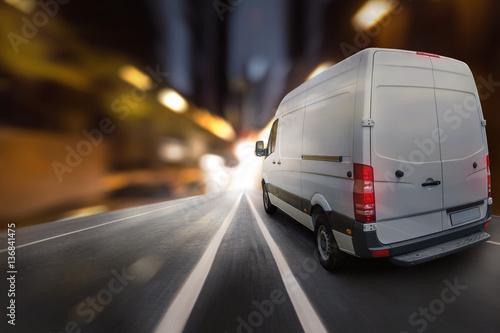 Zdjęcie XXL Van jeździ nocą przez miasto