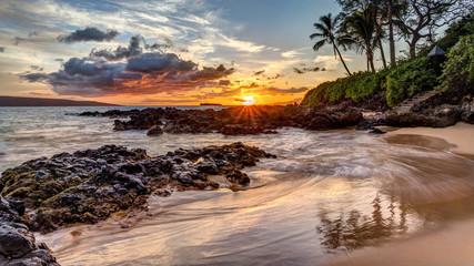 dramatyczny zachód słońca na tropikalnej wyspie Maui na Hawajach z tajnej zatoczki