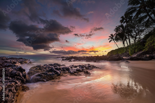 Poster Aubergine Moody sunset on the tropical Hawaiian Island of Maui