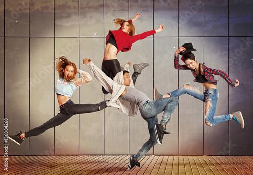 nowoczesna-grupa-taneczna-cwiczy-taniec-w-przedniej-scianie