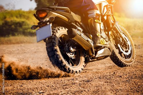 Fotografía  man extreme riding touring enduro motorcycle on dirt field