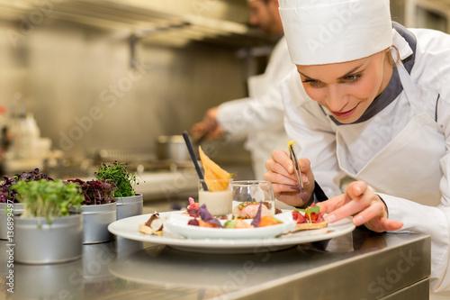 Fotografía  chef preparing starter