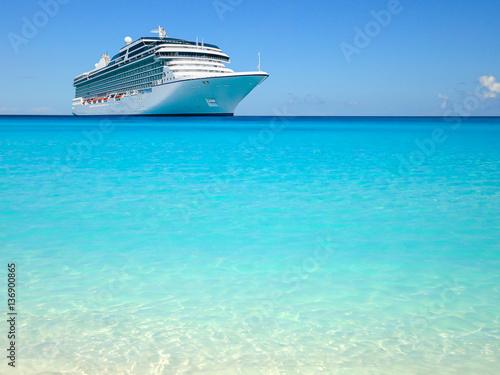 Carta da parati Cruise liner on beautiful Caribbean Ocean.