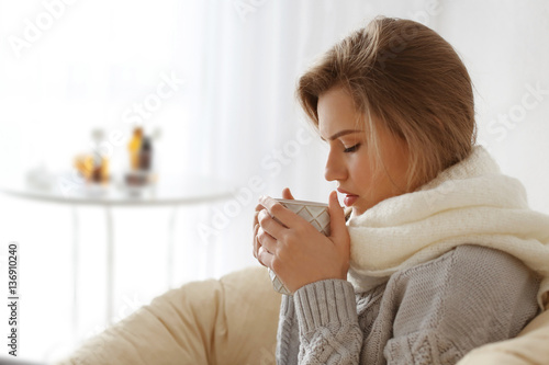 Photo Young ill woman with cup of hot tea at home