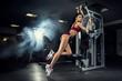 fitness, siłownia, kobieta, sportowiec - Młoda wysportowana dziewczyna trenuje w siłowni