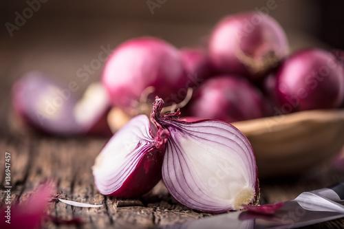 Pinturas sobre lienzo  Onion. Red onions on very old oak wood board. Selective focus.