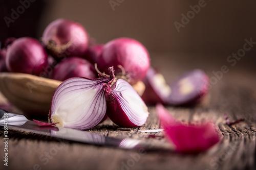 Cuadros en Lienzo  Onion. Red onions on very old oak wood board. Selective focus.