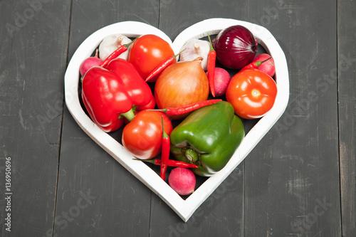 warzywa-w-sercu-papryka-pomidory-czosnek-baklazan-cebula-i-rzodkiewki-na-czarnym-tle