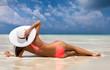 Attraktive Frau im Bikini sonnt sich am Strand der Malediven