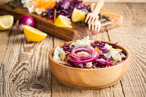 Fotografía  Chinese cabbage salad with red cabbage, carrot and red onion