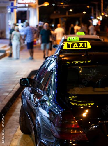 Zdjęcie XXL Taxi znak na samochodzie przy nocą