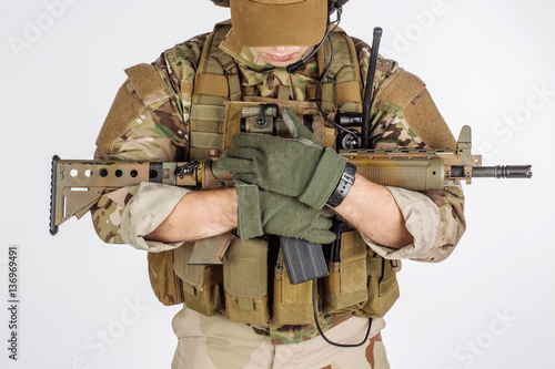 Poster Militaire Portrait soldier or private military contractor holding sniper