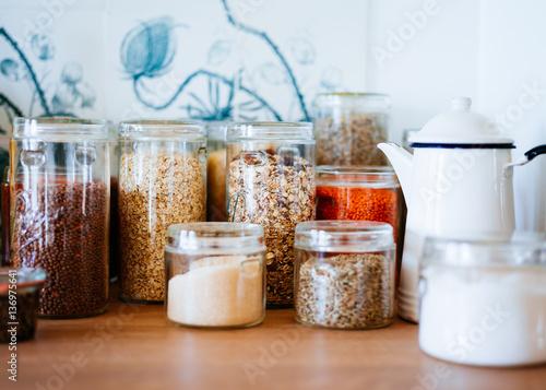 Fotografía  Jar of museli in kitchen cupboard