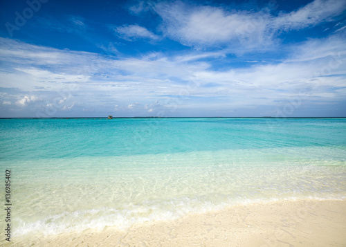 Tuinposter Tropical strand Tropical island landscape, Maldives