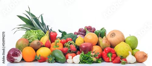 rozmaitosc-owoc-i-warzywo-na-bialym-tle