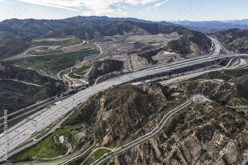 Zdjęcie XXL Widok z lotu ptaka Golden State 5 Freeway, Los Angeles Akwedukt i Sunshine Canyon Wysypisko w Newhall Pass w pobliżu Santa Clarita w Kalifornii.