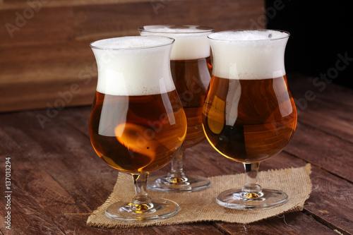 ciemne-piwo-z-piana-w-wysokich-kuflach-na-stole