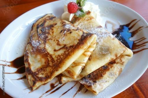 Pfannkuchen mit Schokolade, Sahne und Puderzucker
