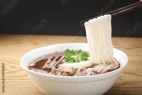 Foto  Fresh beef and onion, light and delicious beef rice noodle made of ingredients
