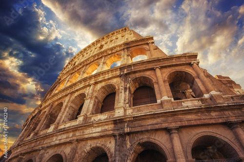 koloseum-lub-amfiteatr-flawiusza-widok-z-dolu