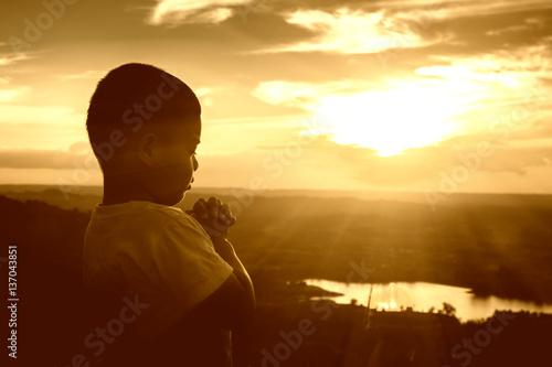 Fotomural Boy praying on the Mount, thank God.