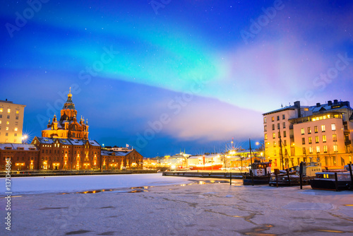 Photo Northern lights over the frozen Old Port in Katajanokka district with Uspenski O