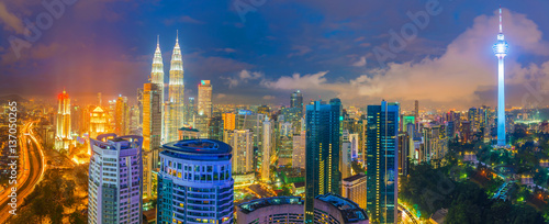Photo  Downtown Kuala Lumpur skyline at twilight