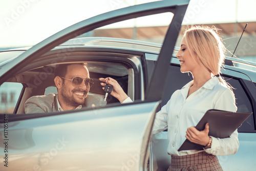 Zdjęcie XXL Sprzedawca samochodow