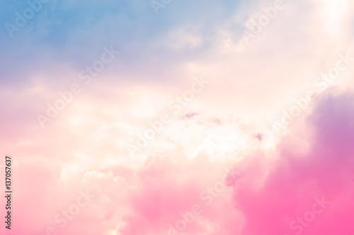 chmury-na-pastelowym-tle