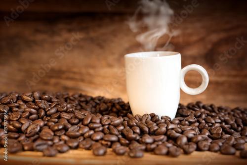 Papiers peints Café en grains Fresh coffee beans with a cup