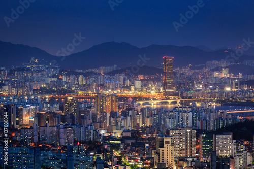 Zdjęcie XXL Drapacz chmur Seul miasta linia horyzontu przy nocą, Południowy Korea