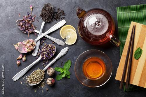 filizanka-herbaty-czajnik-i-asortyment-suchej-herbaty-w-lyzkach