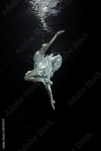 Photo Young female ballet dancer dancing underwater