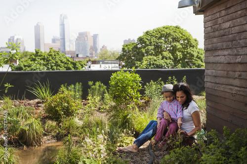 Fotobehang Tuin Boy (2-3) with mom in garden