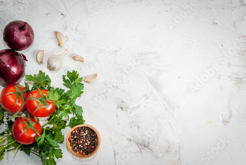 Fotografía  Spices (black pepper, garlic, onion), greens and tomatoes