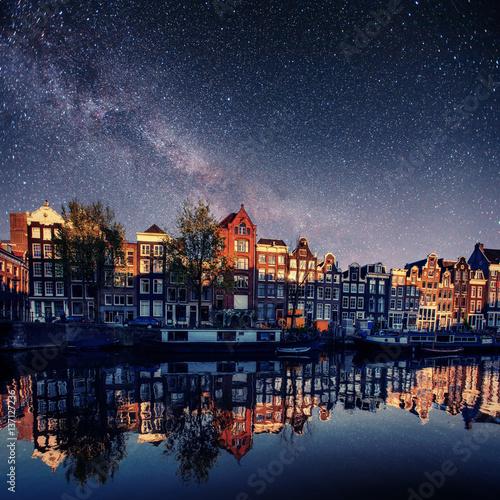 piekna-noc-w-amsterdamie-kamienice-odbijajace-sie-w-tafli-wody