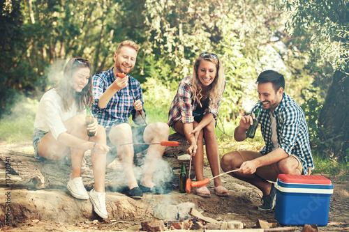 Foto auf AluDibond Camping Friends in the nature